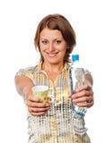 Het meisje biedt een fles water en een glas aan royalty-vrije stock foto's