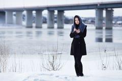Het meisje bij de brug in de winter buiten, royalty-vrije stock foto
