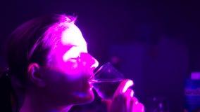Het meisje bij de club drinkt wijn stock footage