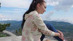 Het meisje bij een hoogte van 1748 meters stock videobeelden