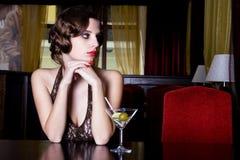Het meisje bij restaurant Stock Afbeelding