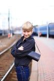 Het meisje bij station. stock afbeelding