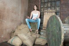 Het meisje binnen een oud pakhuis stock afbeeldingen