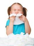 Het meisje blaast haar neus royalty-vrije stock fotografie