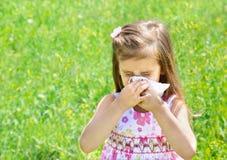 Het meisje blaast haar neus stock foto