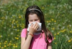 Het meisje blaast haar neus met zakdoek stock afbeeldingen