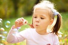 Het meisje blaast zeepbels stock fotografie