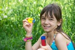 Het meisje blaast zeepbels op Stock Fotografie
