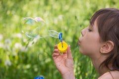Het meisje blaast zeepbels op Royalty-vrije Stock Afbeeldingen