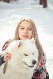 Het meisje met samoed hond Royalty-vrije Stock Afbeeldingen