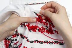 Het meisje borduurt patroon op de handdoek Royalty-vrije Stock Afbeeldingen
