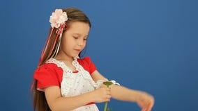 Het meisje brak de Bloemblaadjes van een Bloem af stock videobeelden