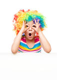 Het meisje in clown houdt lege banner Stock Fotografie