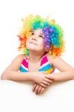 Het meisje in clown houdt lege banner Royalty-vrije Stock Afbeeldingen
