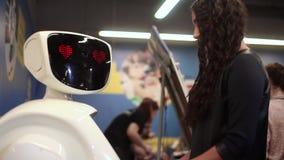 Het meisje communiceert met de robot Kunstmatige intelligentie Moderne robotachtige technologieën stock videobeelden