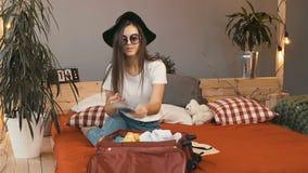 Het meisje controleert Paspoort en Kaartje stock video