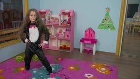 Het meisje danst stock videobeelden