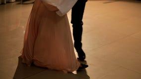 Het meisje danst in een restaurant stock footage