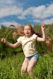 Het meisje danst openlucht in hoofdtelefoons Royalty-vrije Stock Afbeeldingen