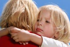 Het meisje dat de moeder omhelst Royalty-vrije Stock Foto's