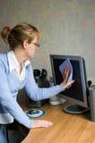 Het meisje dat de monitor afveegt Stock Fotografie