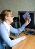 Het meisje dat de monitor afveegt Stock Afbeelding