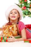 Het meisje dat Kerstmis omhelst stelt voor stock afbeelding