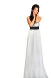Het meisje dat lange zilveren kleding draagt kijkt raadselachtig Stock Afbeelding