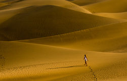 Het meisje dat op de zandduinen loopt Stock Afbeeldingen