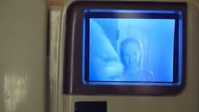 Het meisje dat op het scherm van de videointercom kwam bezoeken stock footage