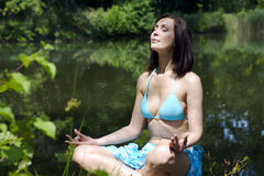 Het meisje dat op kust o mediteting royalty-vrije stock fotografie