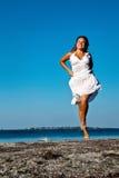 Het meisje dat op zeekust loopt royalty-vrije stock foto's