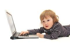 Het meisje dat van de baby aan laptop werkt Royalty-vrije Stock Afbeelding