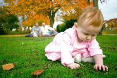 Het meisje dat van de baby de textuur voelt Royalty-vrije Stock Afbeelding