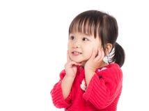 Het meisje dat van de baby grappig gezicht maakt royalty-vrije stock afbeeldingen