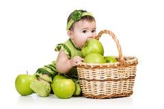 Het meisje dat van de baby groene appelen van mand eet Royalty-vrije Stock Fotografie