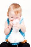 Het meisje dat van de baby haar stuk speelgoed bijt Royalty-vrije Stock Foto's