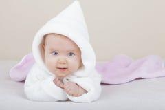 Het meisje dat van de baby leert hoe te te kruipen Stock Afbeeldingen