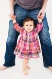 Het Meisje dat van de baby leert te lopen royalty-vrije stock afbeeldingen