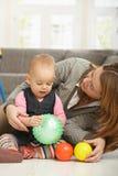 Het meisje dat van de baby met bal glimlacht Stock Foto