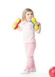 Het meisje dat van de baby oefeningen met stuk speelgoed domoren doet Stock Foto