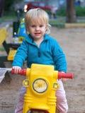 Het meisje dat van de baby op fiets berijdt Royalty-vrije Stock Afbeeldingen