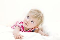 Het meisje dat van de baby op haar buik ligt Stock Foto