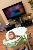 Het meisje dat van de baby op TV let Royalty-vrije Stock Afbeelding