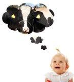 Het meisje dat van de baby over koe (melk) denkt Royalty-vrije Stock Afbeelding