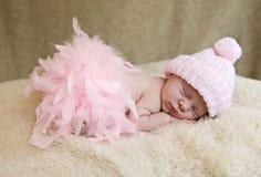 Het Meisje dat van de Baby van de slaap Roze Hoed draagt royalty-vrije stock foto