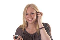 Het meisje dat van de blonde aan mp3 speler luistert Stock Fotografie