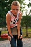 Het meisje dat van de blonde camera bekijkt Stock Afbeelding
