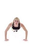Het meisje dat van de blonde opdrukoefeningen doet Royalty-vrije Stock Foto