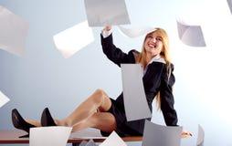 Het meisje dat van de blonde witte bladen werpt Stock Foto